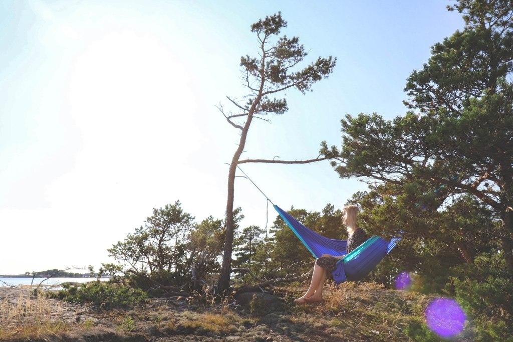 Itäisen Suomenlahden kansallispuistossa retkellä heinäkuussa. Auringonlaskussa Itämeren rannalla, menossa nukkumaan riippumatossa.