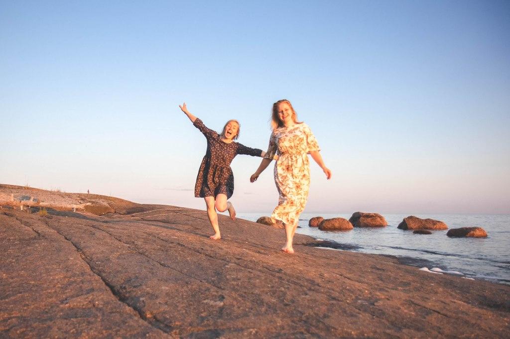 Itäisen Suomenlahden kansallispuistossa retkellä heinäkuussa. Auringonlaskussa Itämeren rannalla.