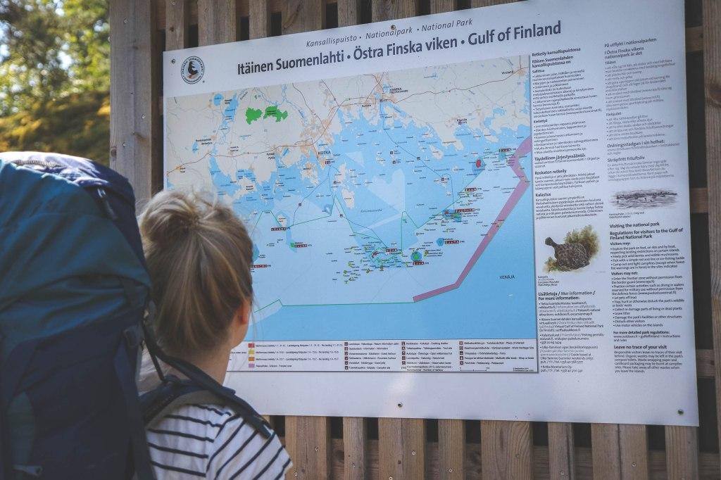 Itäisen Suomenlahden kansallispuistossa retkellä heinäkuussa. Kartta näyttää tietä.