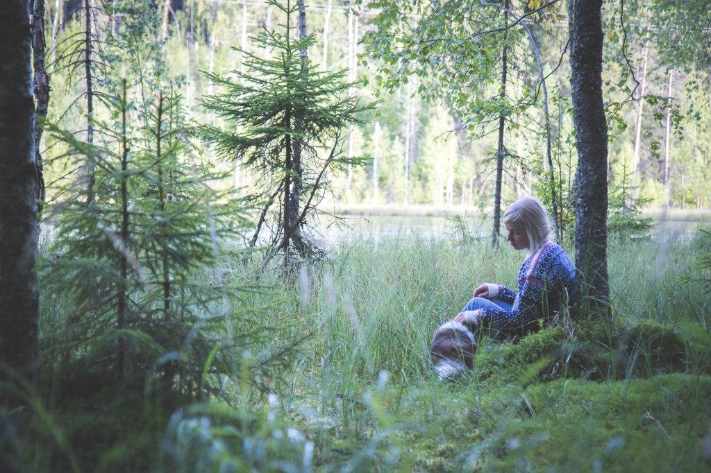 Keski-Suomessa lähiretkeilyä suon reunalla kesällä.