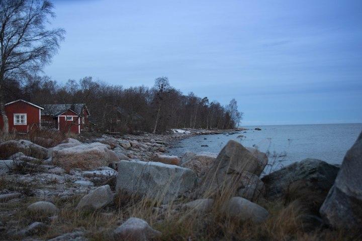 Ohtakarin kalastajasaari ja Itämeri joulukuussa.