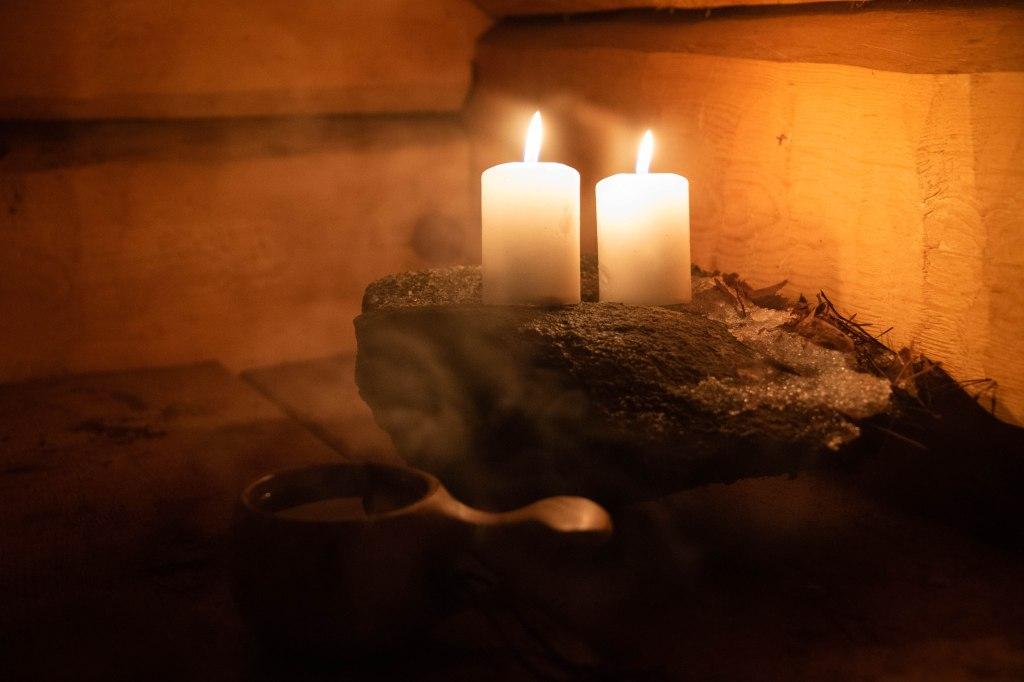 Etelä-Konneveden kansallispuistossa talvella. Kynttilät tuovat tunnelmaa ja glögi lämmittää Enonrannan laavussa.