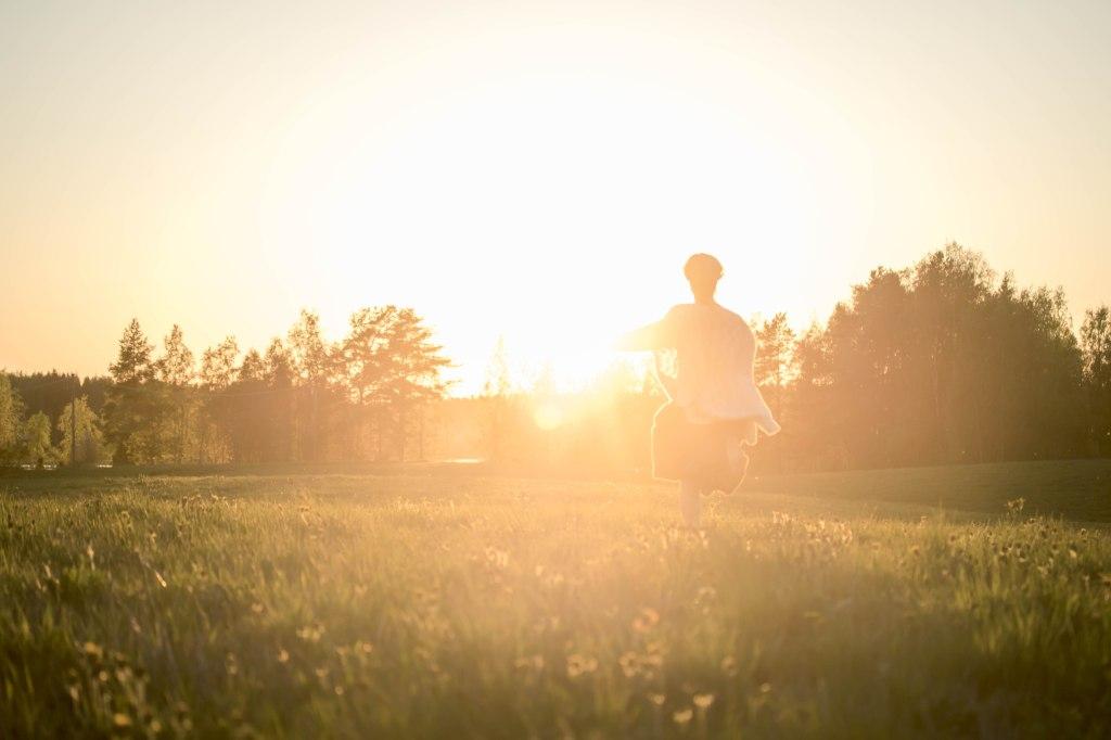 Toukokuinen auringonlasku Tampereella. Voikukkapelto ja kultainen auringon hehku.