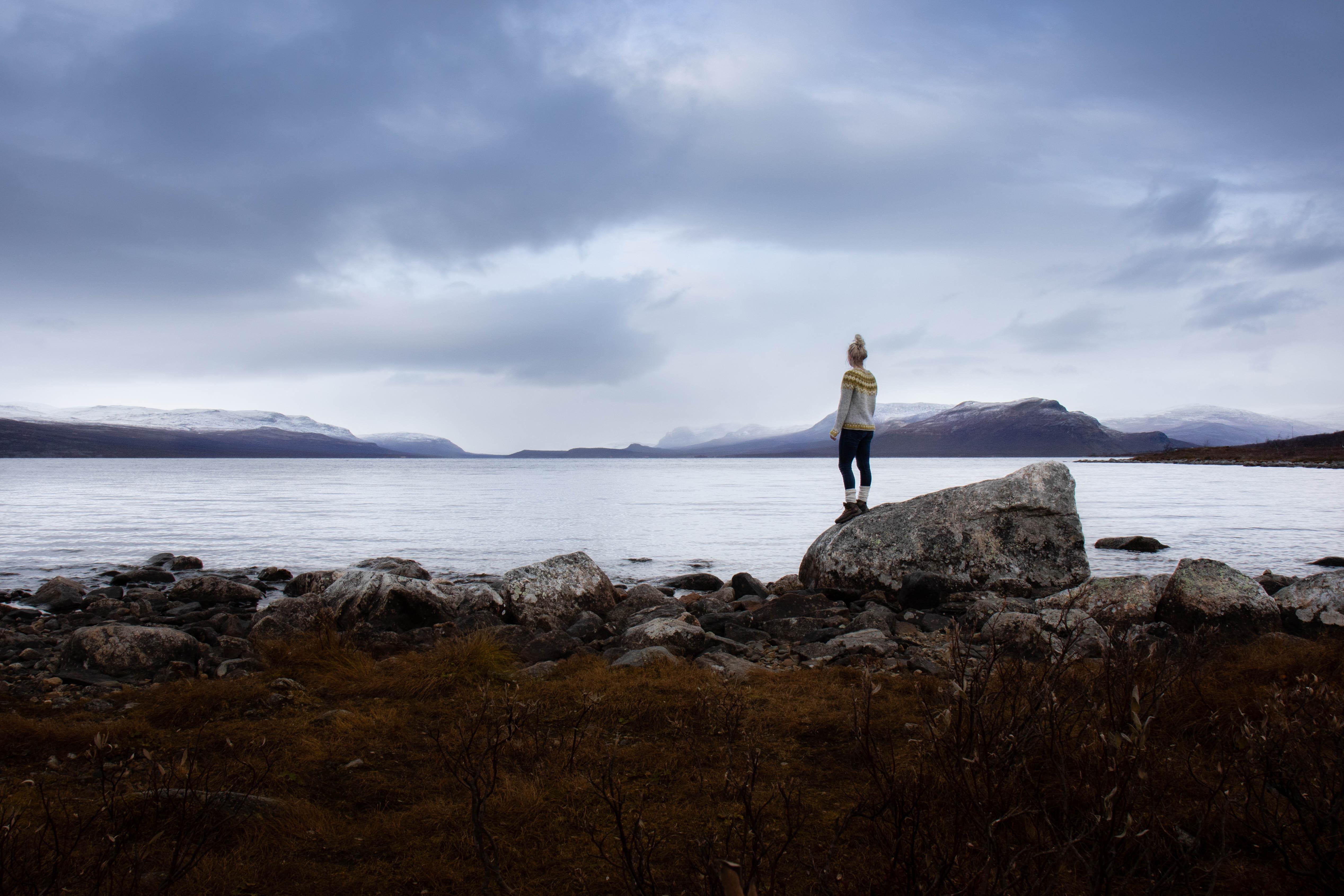 Kilpisjärven rannalla lokakuussa. Norjan vuoristo vastarannalla.