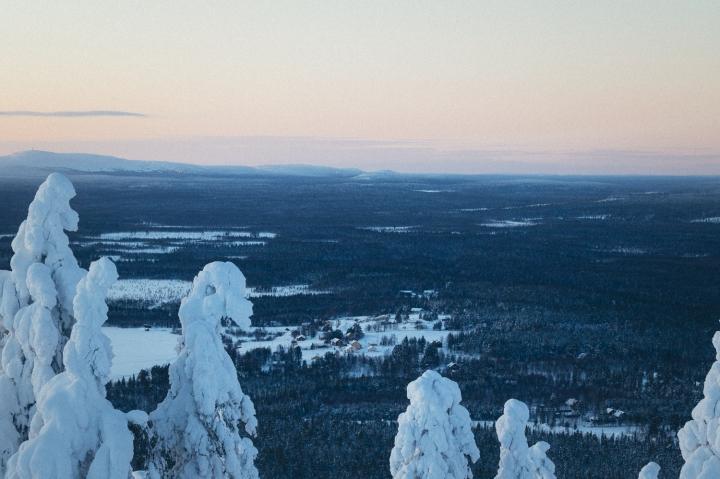 Pyhäjärven kylä Pelkosenniemellä Soutajatunturista katsottuna. Taustalla kohoaa Luoston tunturit ja Pyhä-Luoston kansallispuistomaisemat.