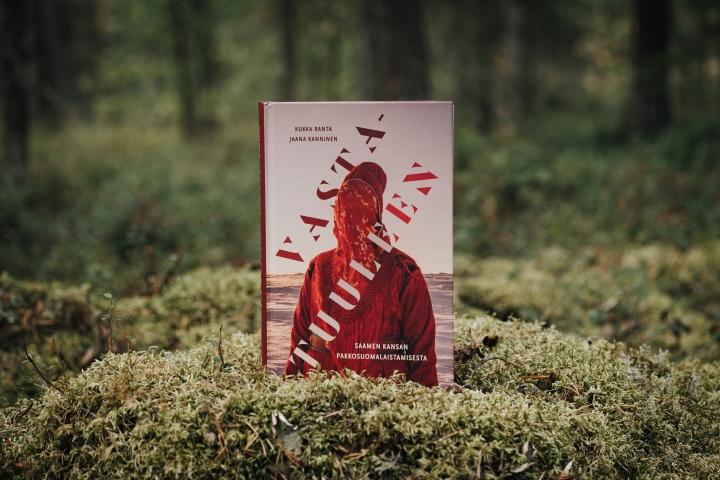 Kirjasuositus saamelaisten historiasta, kulttuuriperinnöstä ja niiden muutoksista, joka jokaisen suomalaisen tulisi lukea